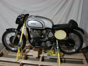 Eine (originale!) Norton Manx transportbereit palettiert
